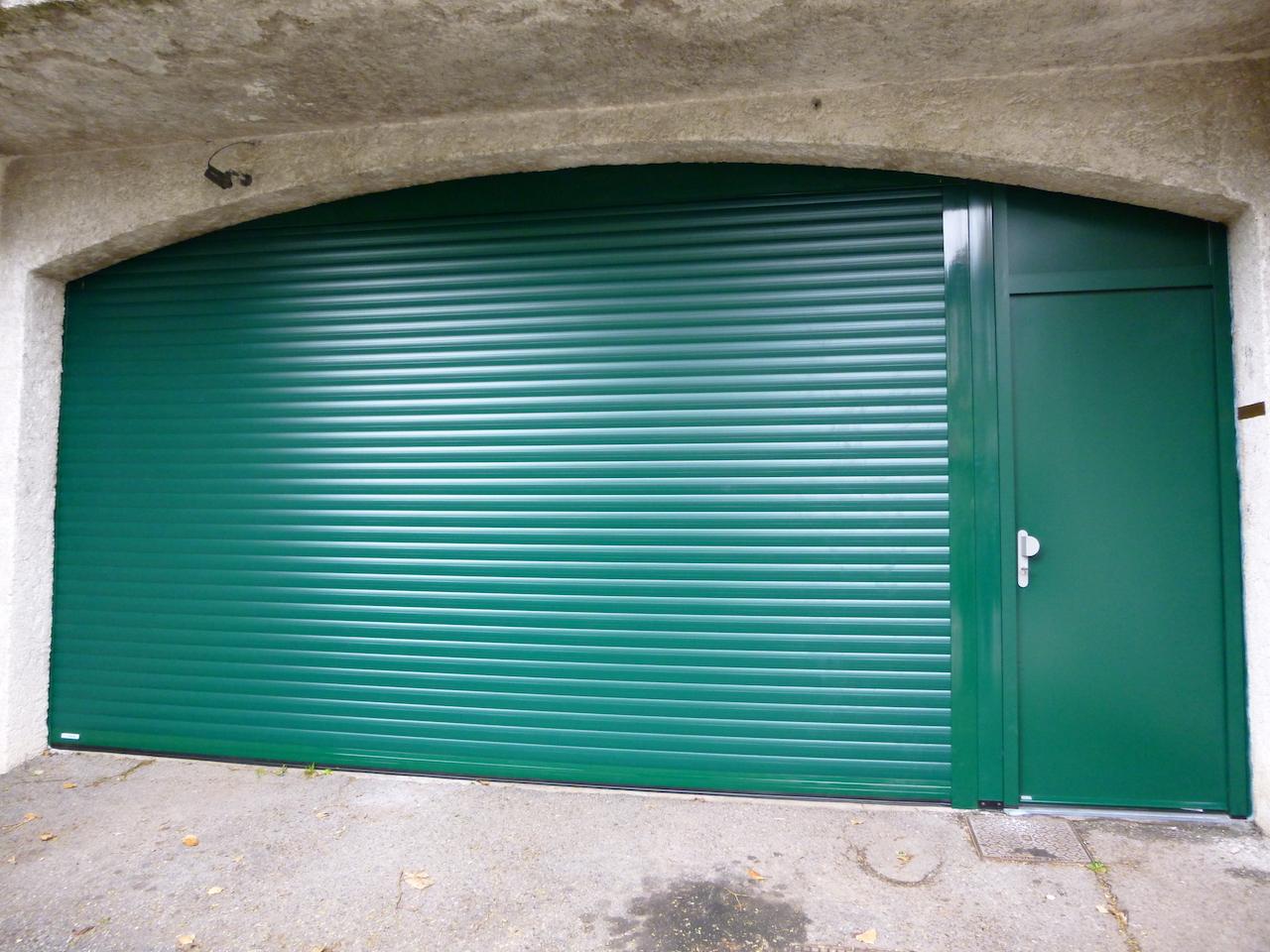 Porte-de-garage-enroulable-avec-porte-de -service