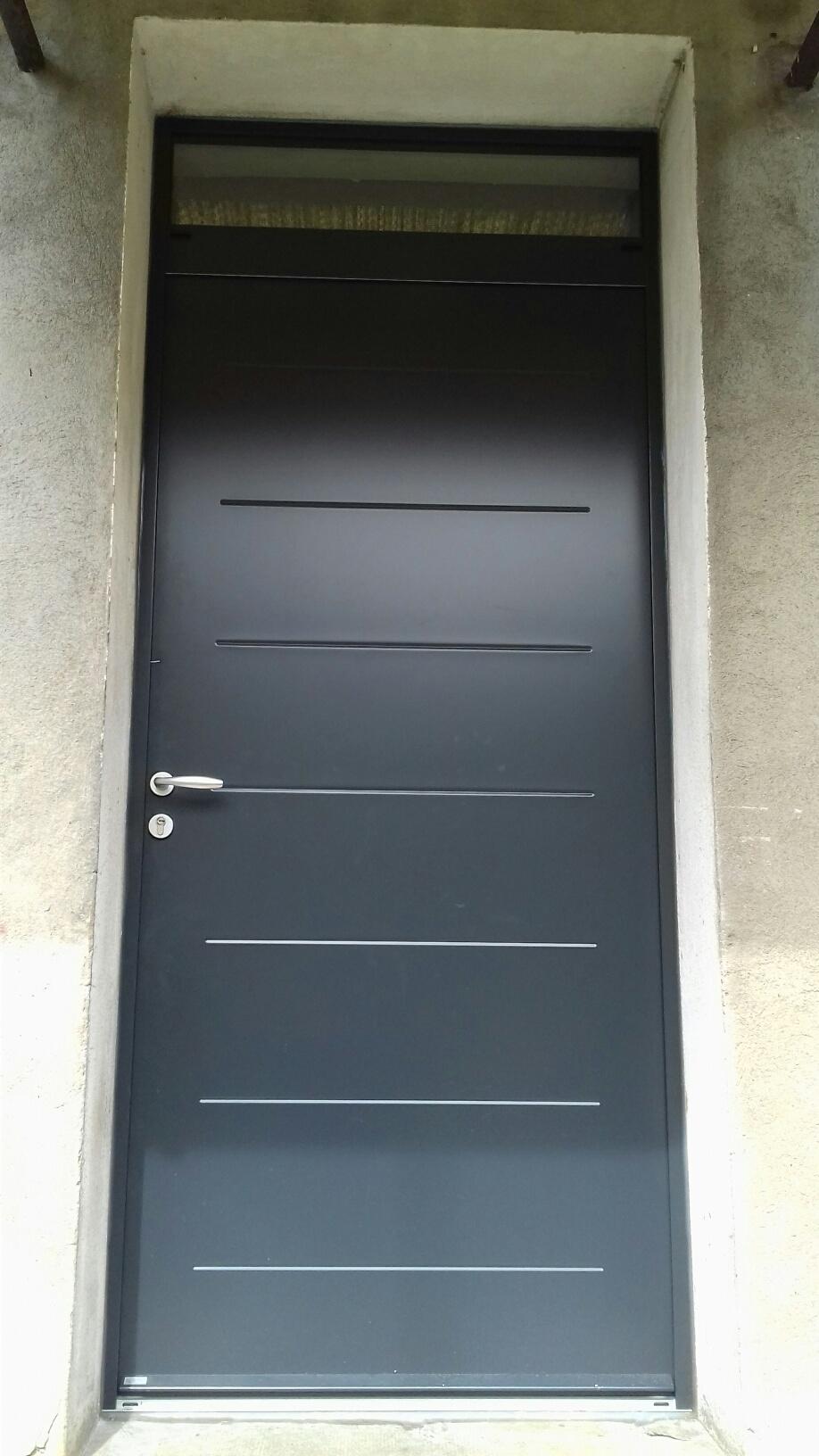 Porte d'entrée acier gris anthracite en rénovation dépose totale de l'ancien dormant bois, le meilleur rapport isolation / prix.