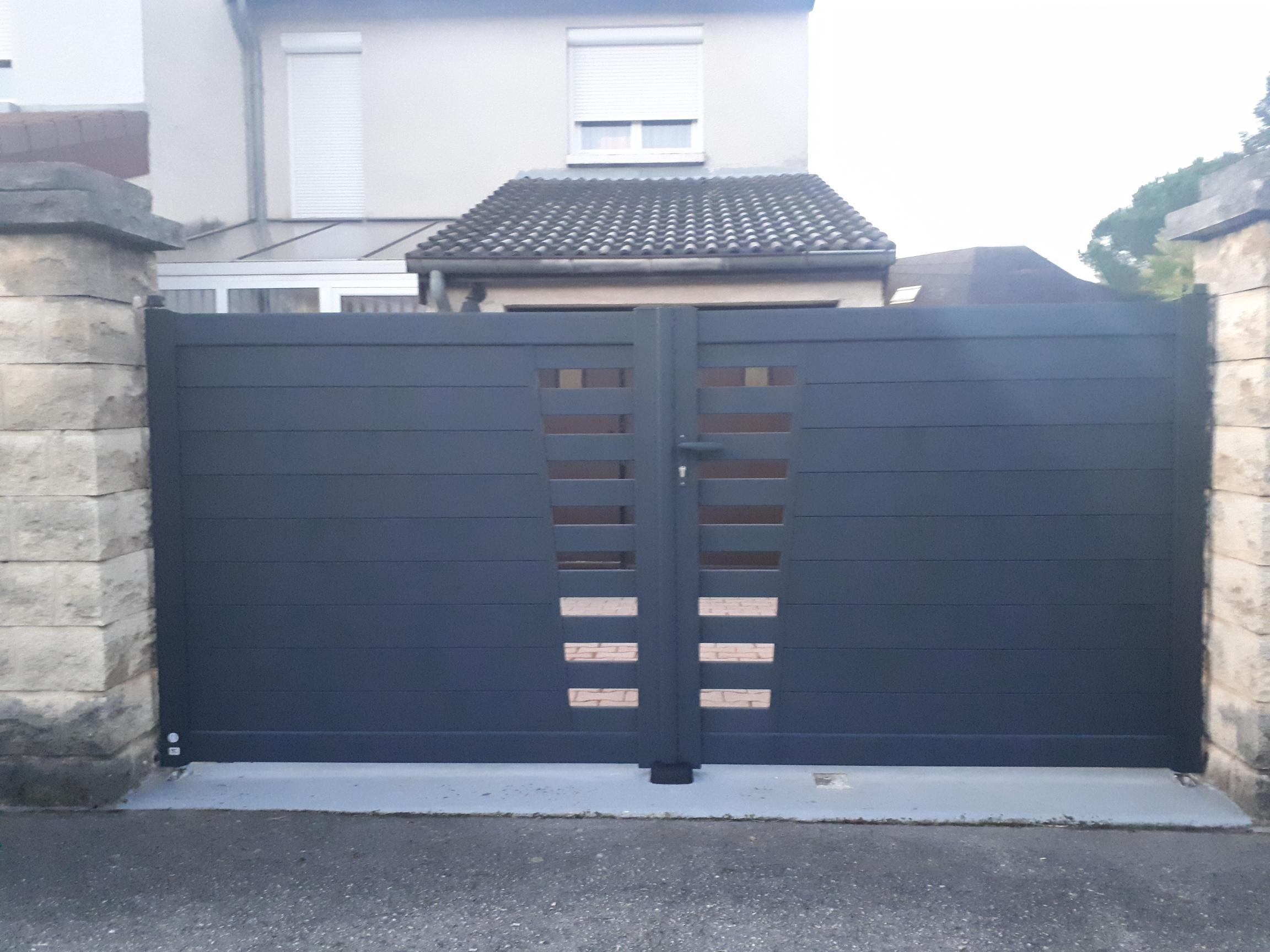 Installation d'un portail aluminium gris anthracite